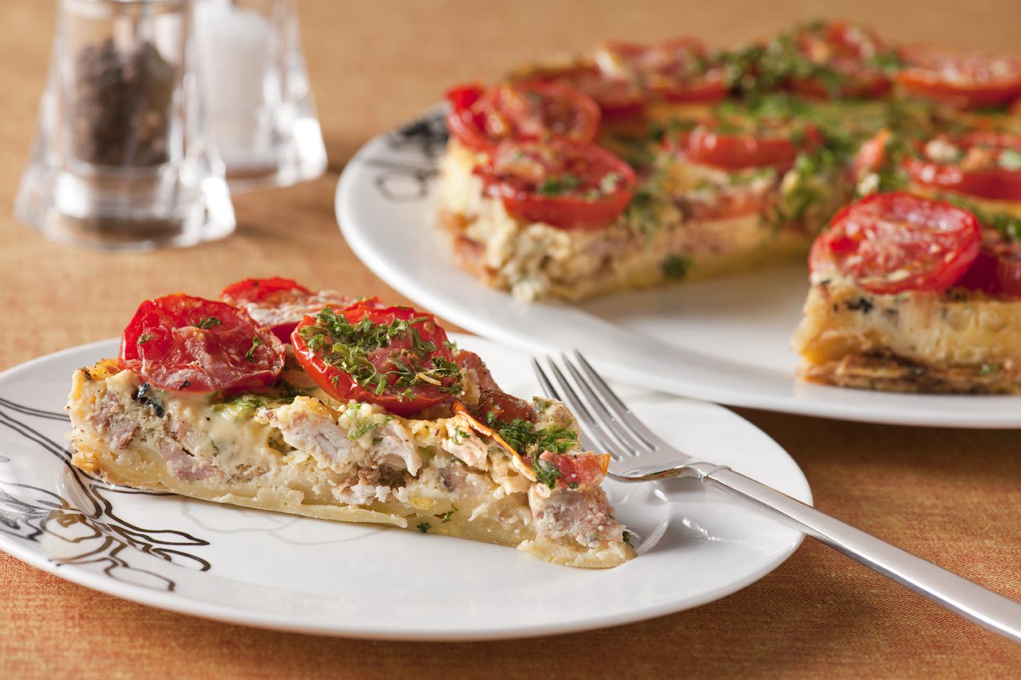 Vleeschwaar Recept - Met kip en tomaat gevulde hartige taart
