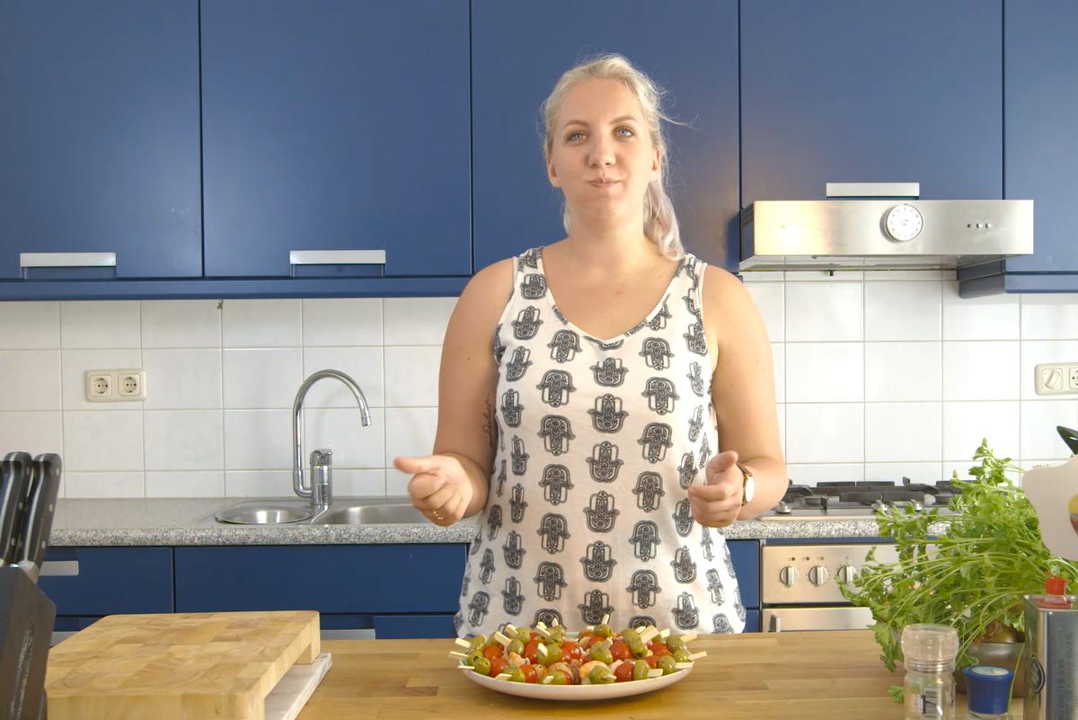 Vleeschwaar recept Sabine Koning OhMyFoodness Surf & turf tapas spiesjes vleeswaren rauwe ham