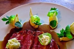 Vleeschwaar recept Alain Caron chef Pastrami grill aardappelpuree gekonfijte ui spruitjes zuurkool portsaus