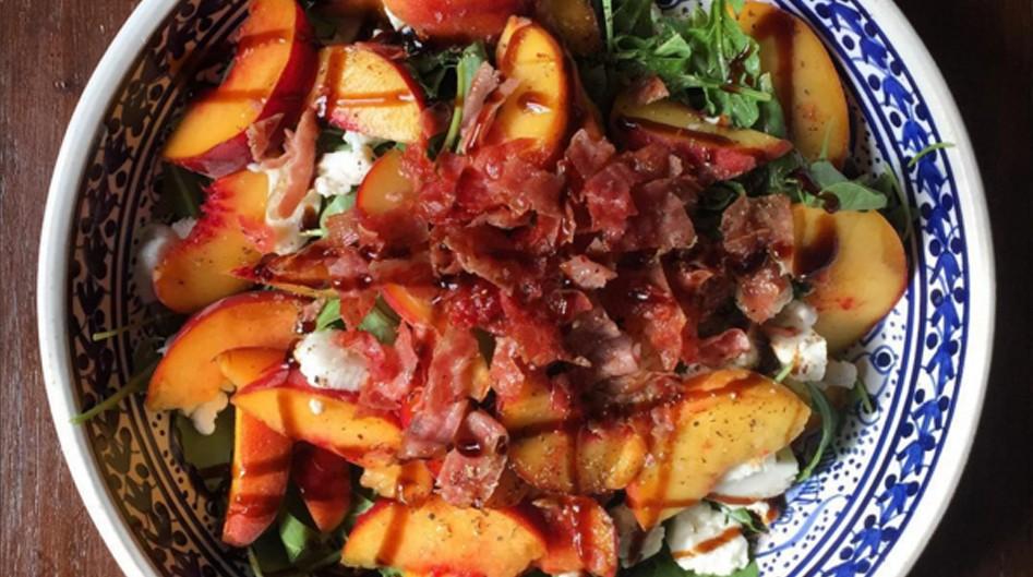 Vleeschwaar vleeswaren recept caprese perzik serranoham