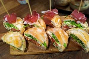 Vleeschwaar-vleeswaren-recept-gevuld-caprese-brood-parmaham-mozzarella-23