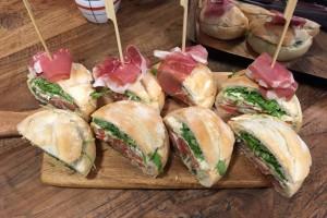 Vleeschwaar vleeswaren recept gevuld caprese brood parmaham mozzarella