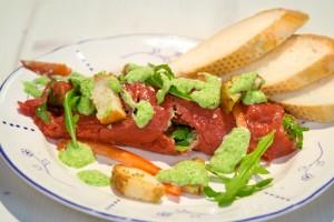 Vleeschwaar-Carpacciorol-met-romige-pestosaus-carpaccio-rosbief-vleeswaren-13