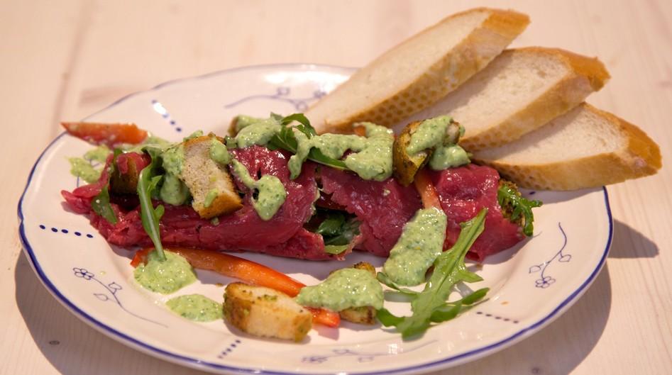 Vleeschwaar Carpacciorol met romige pestosaus carpaccio rosbief vleeswaren