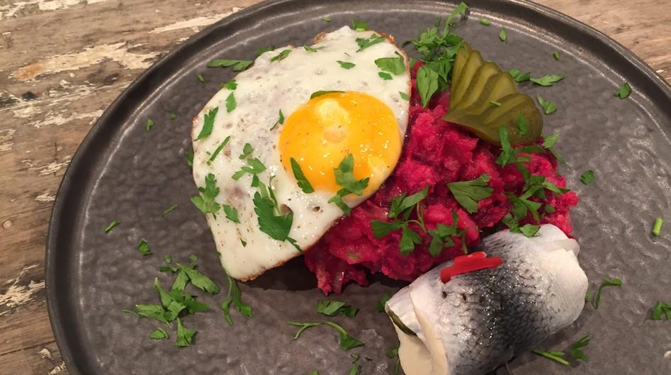 Vleeschwaar recept Hamburgse lapskaus Aardappel bietenpuree corned beef vleeswaren