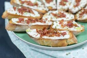 Vleeschwaar vleeswaren recept crostini roomkaas en bacon ontbijtspek