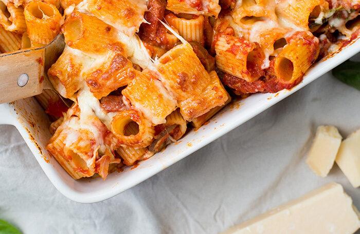 Rigatoni pastaschotel met salami