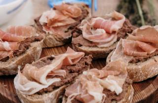 crostini met rauwe ham
