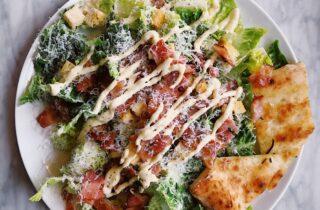 salade met carpaccio en uitgebakken spekjes